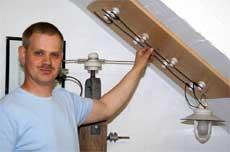Thomas Schulz mit einem von ihm hergestellten Schaustück der ältesten Rotenburger Stromleitung