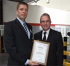 Der Leiter der Werke in Europa und Asien, Herfred Schwarz (rechts), gratulierte dem Rotenburger Werksleiter Bernd Heuves mit einer Urkunde   Foto: Olthoff