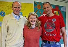 Ein echtes Team (von links): Herbert Neumann mit den Schauspielern Karin Tischer und Frank Stuckenbrok     Foto: Woyke