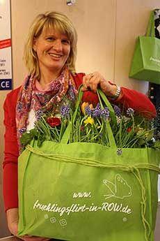 Wenke Riekenberg (Fashion Tree) mit der grünen Tasche, die am langen Einkaufs-Freitag, 27. April, der Schlüssel zu attraktiven Angeboten ist