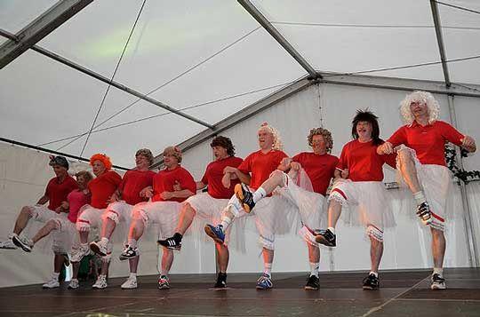 Die Herren in Frauenklamotten sorgten für Unterhaltung auf der Bühne   Foto: Plage