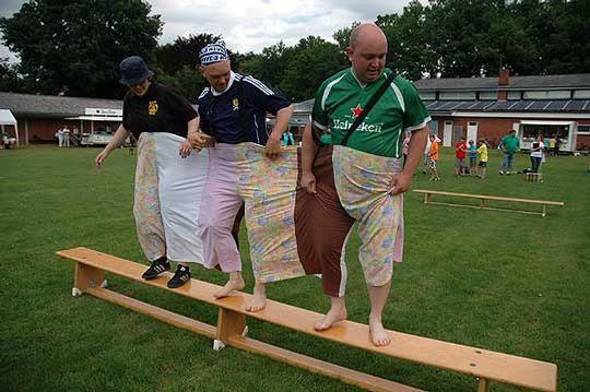 Der Parcours der großen Hose verlangte den Teilnehmern einiges an Koordination und Teamwork ab       Foto: Fricke
