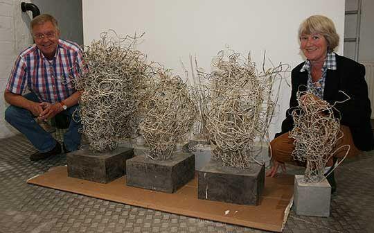 Peter Mokrus und Professor Dr. Inge Hansen-Schaberg an einigen der Draht-Papier-Figuren von Yenatfenta Abate. Am Samstag wird die Ausstellung eröffnet       Foto: Woyke