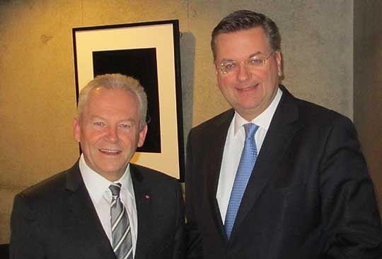 Reinhard Grindel (rechts) im Gespräch mit Bahn-Chef Rüdiger Grube