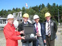 In Hamwiede bei Walsrode stellten Vertreter der Gasindustrie und der ausführenden Firma aus Thüringen die Seismometer vor, die zurzeit installiert werden. Im Bild (von links): Norbert Stahlhut (Exxon), Dr. Michael Jordan (K-Utec), Burkhard Grundmeier (WEG) und Dr. Holger Thoma (K-Utec)  Foto: R.Meyer