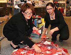 In der Parfümerie Rathsmann zogen Inhaberin Anke Schmidt-Rathsmann und Mitarbeiterin Homeira Wahedi die Gewinner