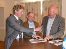 Unterzeichneten eine Vereinbarung für den Einsatz von nachwachsenden Rohstoffen bei der Bioenergieerzeugung: Nabu-Landesvorsitzenden Dr. Holger Buschmann und der Vorstandsvorsitzende der Lindhorst-Gruppe Winsen/Aller, Jürgen Lindhorst. Basis ist ein Zehn-Punkte-Papier, das von Uwe Baumert (Mitte) ausgearbeitet wurde