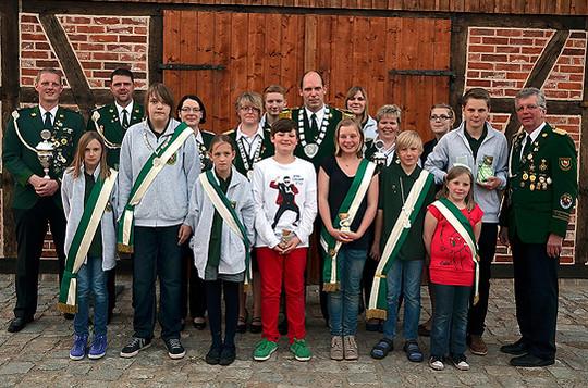 Die neuen Majestäten, Gewinner und Vorstandsvertreter während des Schützenfestes in Wittkopsbostel            Foto: Plage