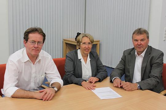 Jochen Intelmann (links), Käthe Dittmer-Scheele und Michael Niestädt freuen sich über Fortschritte im Ringen um die Aufnahme Scheeßels und Lauenbrücks in den HVV