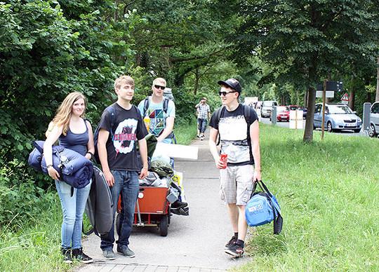 Gut gelaunte Musik-Fans sind auf dem Weg zum Eichenring Foto: Winterhalter