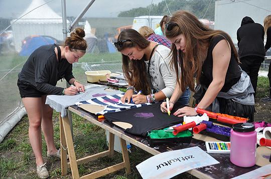 Im Waschsalon von ZDF-Kultur konnten sich die Hurricane-Besucher individuelle Kleidungsstücke designen           Foto: Haselmeyer