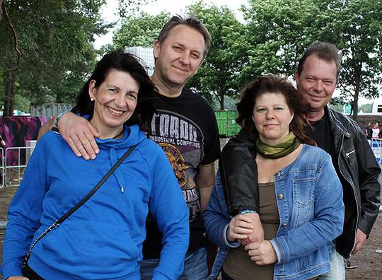 Die Who-killed-Frank?-Eltern Angela und Jörn Schröder sowie Carmen und Kay Rogge fiebern den Hurricane-Debüt ihrer Söhne entgegen        Foto: Winterhalter
