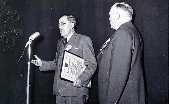 Die historische Aufnahme aus dem Fundus Jochen Beckmanns zeigt Hinrich Meyer (links) und Bürgermeister Johann Bünning bei der Verleihung der Ehrenbürgerurkunde anno 1955