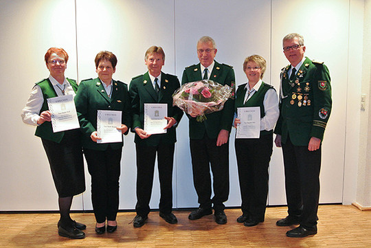 Vorsitzender Jürgen Witt (rechts) mit den Geehrten des Vereins Wittkopsbostel