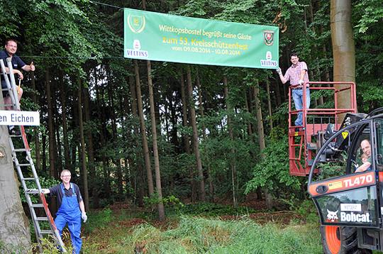Das Aufhängen von Bannern gehörte zu den Aufgaben der rund 20 Helfer in Wittkopsbostel       Foto: Plage