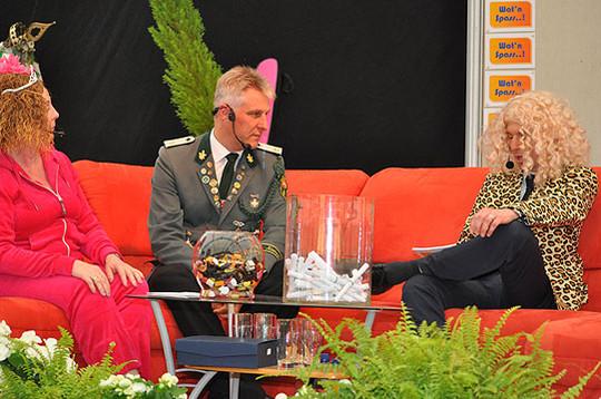 Olaf Rautenberg (Mitte) als Gaststar auf der Wettcouch von Volker Pahl und Angelika Witt, die als Thomas Gottschalk beziehungsweise Cindy aus Marzahn auf der Bühne standen