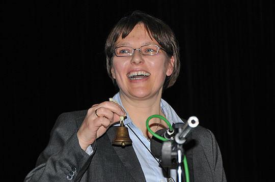 Bekam von Vorgänger Uwe Wahlers ein Glücks-Glöckchen überreicht: Meike Nerding-Ehlbeck, neue Rektorin der Grundschule Scheeßel        Foto: Plage