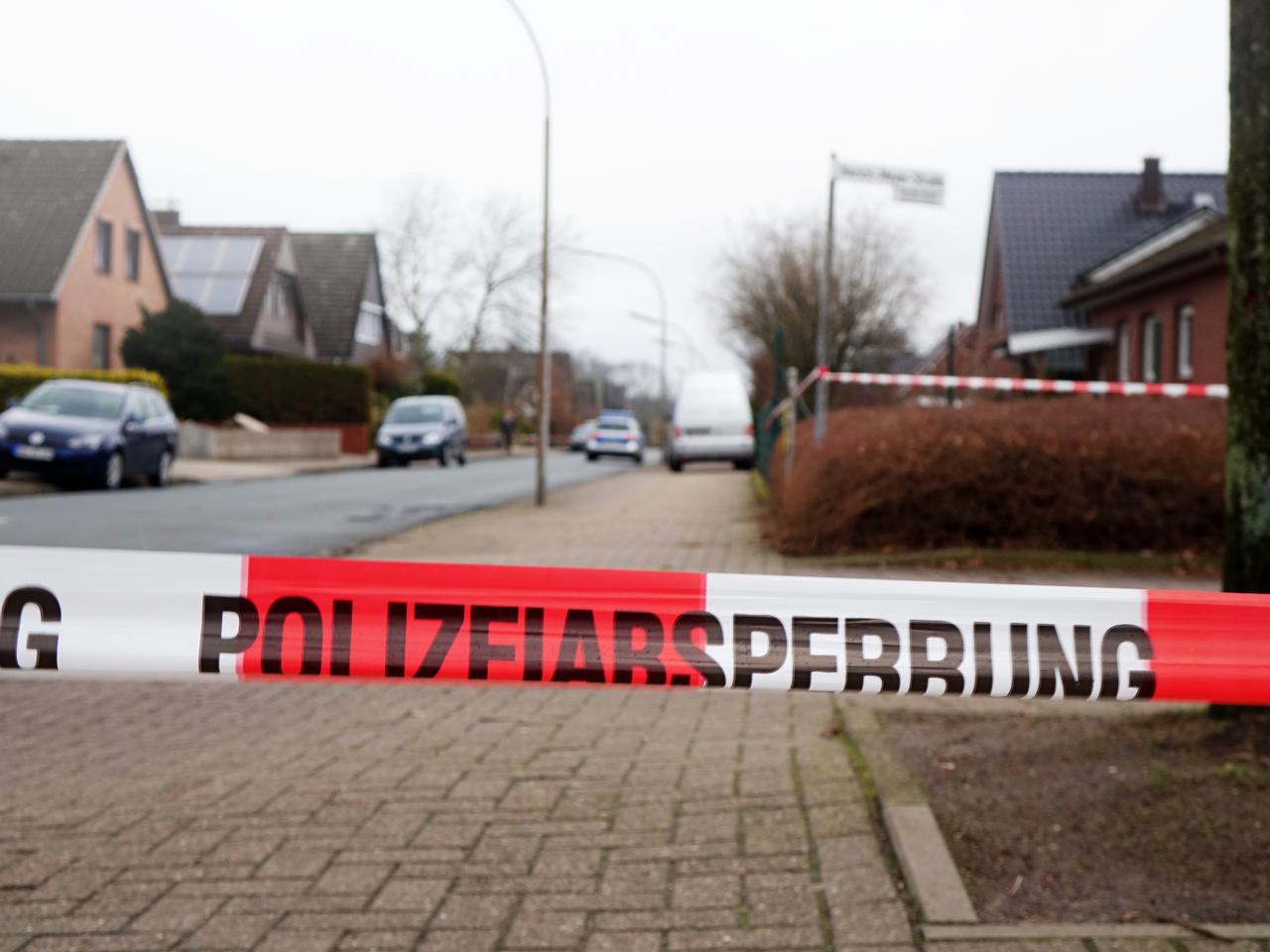 Die Polizei sperrte den Vareler Weg rund um den Tatort ab.
