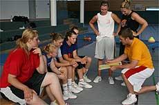 Trainer Roland Senger erläutert seinen Schützlingen mithilfe eines Taktikboards, welche Spielzüge er von ihnen erwartet     (Foto: Ricci)