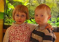 Glücklicher Moment: Melina genießt die Freundschaft zu Jannik (6). Auffällig und typisch für das Marfan-Syndrom: Die Dreijährige hat die selbe Körperlänge wie ihr älterer Spielgefährte. Foto: Winterhalter