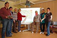 Lehrer der Grundschule Hetzwege ließen sich im Rahmen einer Schulung die Einsatzmöglichkeiten der interaktiven Tafel für den Unterricht erklären