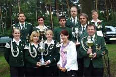 Kirchspiel-Schießsportleiter Jörn Behrens (links oben) mit den Pokal- und Plakettensiegern               Foto: Palm