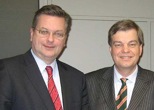"""Bundestagsabgeordneter Reinhard Grindel (links) und Staatssekretär Enak Ferlemann: """"Sofern ein Planfeststellungsbeschluss vorliegt, kann die Ortsumgehung noch vor 2015 in Angriff genommen werden"""