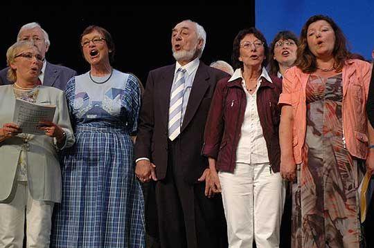 Gretel und Herbert Masuch tragen in Krelingen altes christliches Liedgut vor