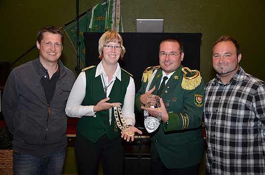 Vereint in der Freude über die neue Schützenkette (von links): Stefan Oster, Bianca Witt, Patrick Handtke und Christian Hönig junior