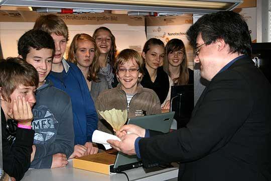 Dr. Marco Kollecker führt Schülern der 9E der Eichenschule den Lotuseffekt vor         Foto: Ricci