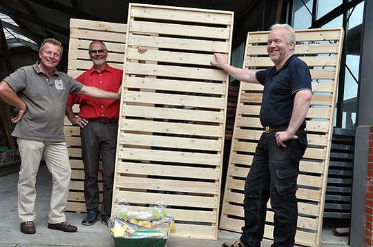 Pastor Ralf Schöll und Jürgen Stemmann (links) bedankten sich bei Johannes Martens mit einem Präsentkorb für die geleistete Arbeit. Einen Obolus für die Klassenkasse der Schüler gabu2019s ebenfalls          Foto: Meyer