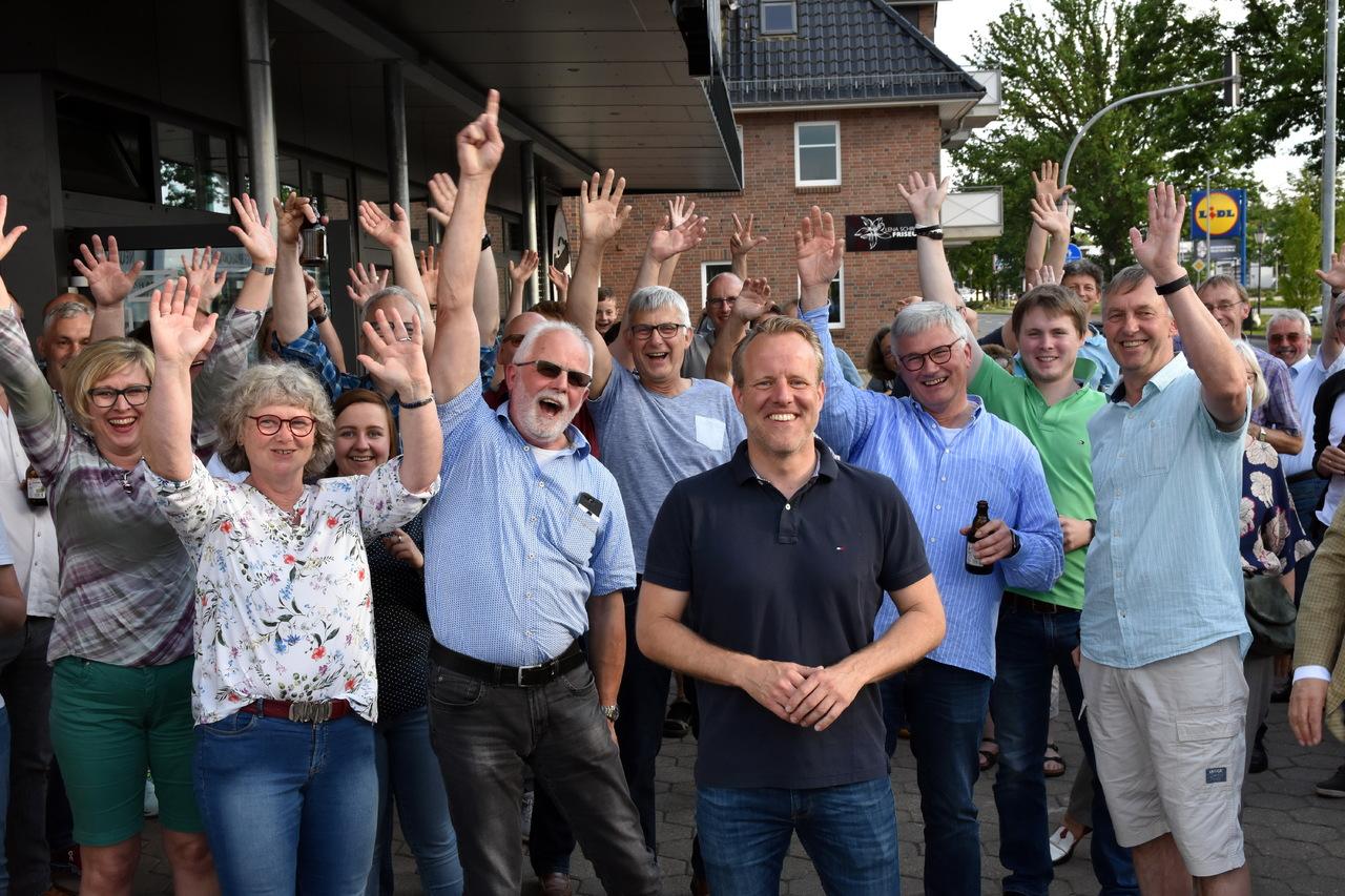 Die Anhänger von Jörn Keller (vorne Mitte) feierten ihren Kandidaten nach Bekanntgabe des Ergebnisses mit großem Jubel.