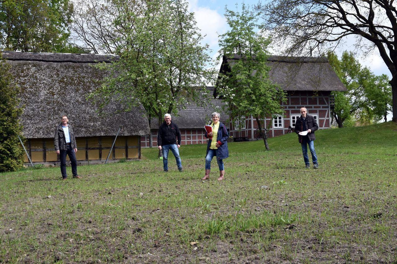 Karsten Richter und Jutta Fettköter (von rechts) vom Seniorenbeirat gaben Bürgermeister Diedrich Höyns und Gemeindedirektor Stefan Miesner einen Überblick über die geplante Umsetzung des Kräutergartens.
