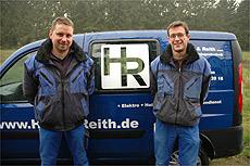 Stefan Harder und Matthias Reith mit einem ihrer Servicefahrzeuge   Foto: Fricke