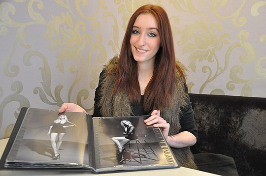 Stolz präsentiert die 16-jährige Marie-Thu00e9ru00e8se Kaiser aus Sottrum ihr Modelbuch               Foto: Haselmeyer
