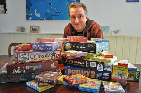 Rund 100 Spiele hat der Hellweger Reinhard Staupe bereits entwickelt u2013 darunter auch Klassiker wie Privacy, Speed, Der Plumpssack geht um und Kunterbunt        Foto: Haselmeyer