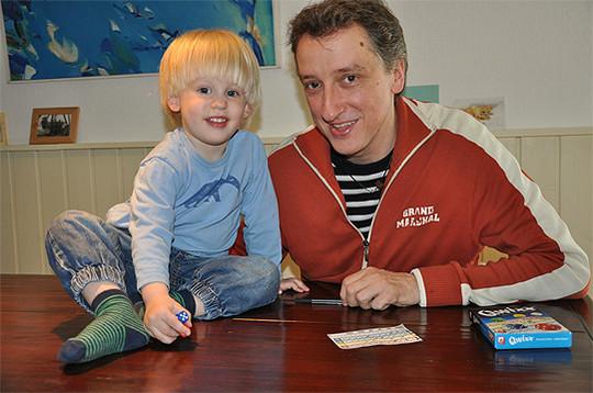 Linus und sein Vater Reinhard Staupe sind sich einig: Qwixx macht Spaß                 Foto: Haselmeyer