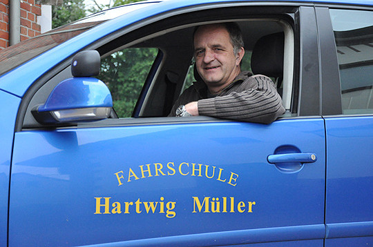 Seit 2000 ist Hartwig Müller mit seiner Fahrschule in Sottrum ansässig und bereitet Fahranfänger sicher auf die Prüfung vor  Foto: Haselmeyer