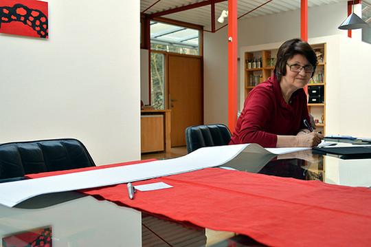 Maria Mathieu bei der Arbeit am 16. Teil der Serie Wie lang ist ein Weg. Ein ein Zentimeter langer Strich wird neben den nächsten gesetzt u2013 langwierige mechanische Arbeit für die Kunst    Foto: Schultz