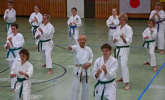 Sensei Shihan Sugimura (Mitte) gab seinen finalen Auftritt im Sottrumer Dojo