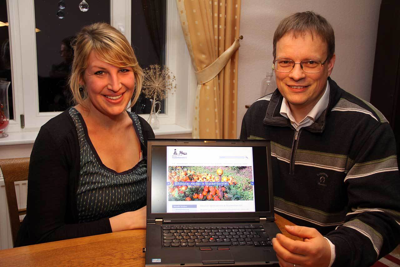 Katharina Jäger und Jens Cordes investieren viel Zeit für www.stuckenborstel.de.  Foto: Antje Holsten-Körner
