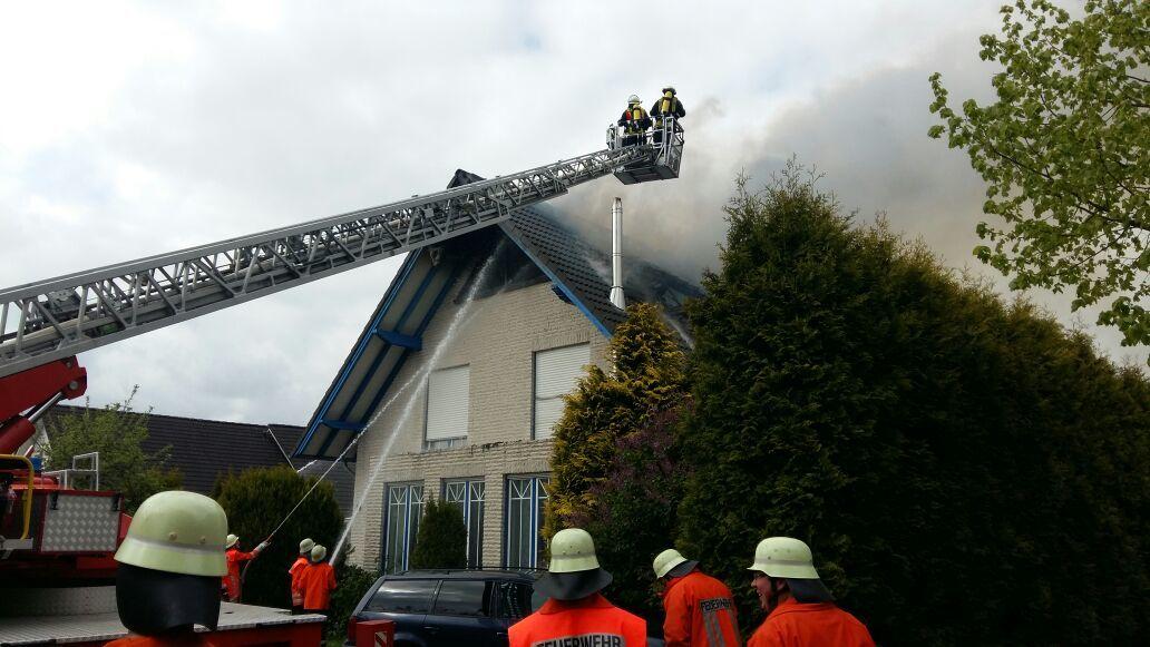 Zielrichtung Dach: Mit der Drehleiter und vom Boden aus gingen die Brandschützer gegen das Wohnhausfeuer in Horstedt vor.