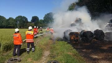 Feuer in Stapel Strohbrand löst Einsatz aus