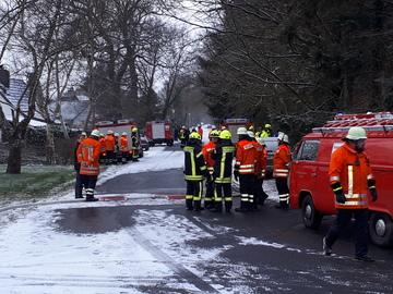 Taaken: Feuerwehr schafft Verletzten aus verrauchtem Gebäude