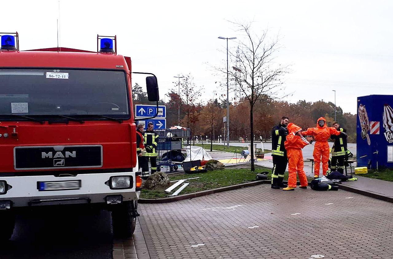 Zur Sicherheit legten Kräfte der Feuerwehr spezielle Schutzausrüstung an, ehe sie sich dem strahlenden Behälter näherten.