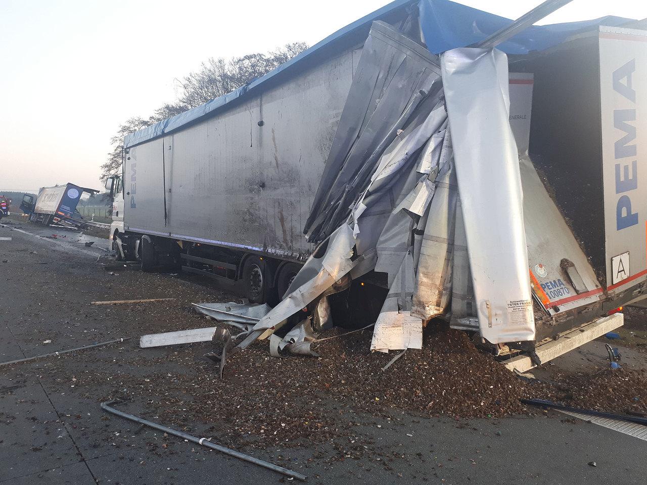 Ein Verletzter, zwei stark beschädigte Laster, verlorene Betriebsstoffe und Ladung: Feuerwehr, Rettungskräfte und Polizei hatten am Montagmorgen auf der A1 alle Hände voll zu tun.