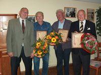Hassendorfs Bürgermeister Klaus Dreyer (links) mit den neuen Ehrenbürgern seiner Gemeinde (von links nach rechts): Heinz Hüner, Werner Sackmann und Dr. Heinz Günter Murke       Foto: Zachrau