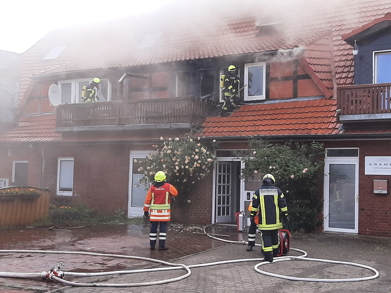 Mit einem Wohnhausbrand hatten die Einsatzkräfte von Polizei und Feuerwehr am Sonntagmorgen in Sottrum zu tun.