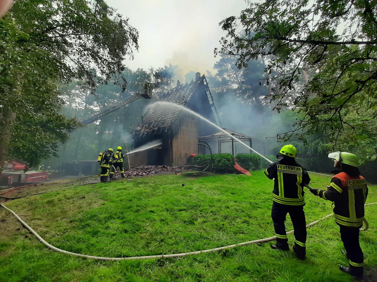 Nach dem Brand: Das Einfamilienhaus in Holzbauweise ist unbewohnbar.