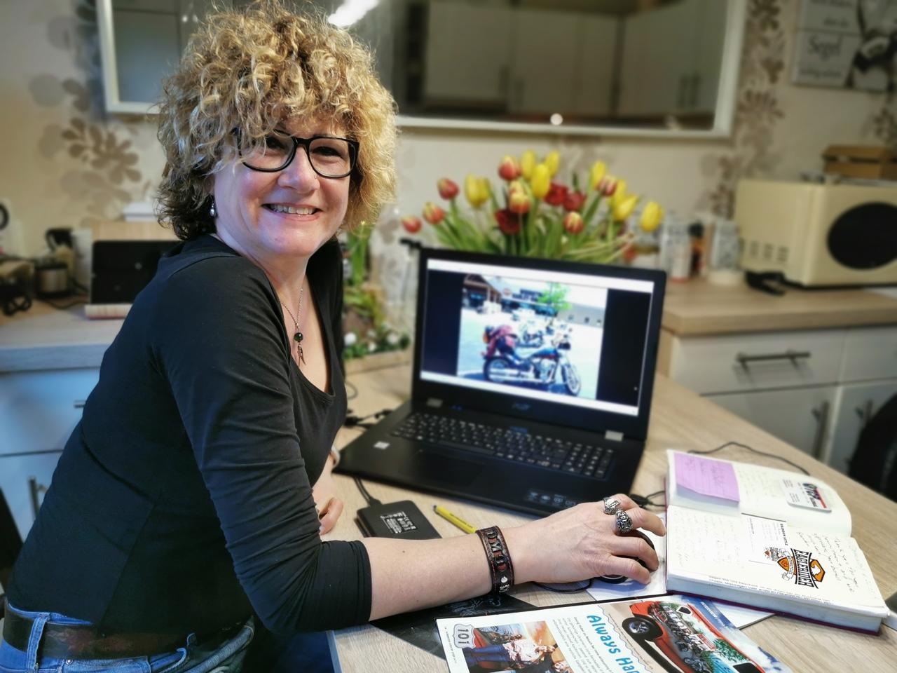 Wenn auch nicht mehr täglich: Gerne schaut sich Elke Röhrs die Fotos von ihrer zweimonatigen Reise an.  Foto: Antje Holsten-Körner